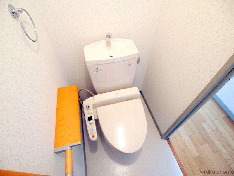 暖房便座と洗浄シャワー機能の付いたトイレ