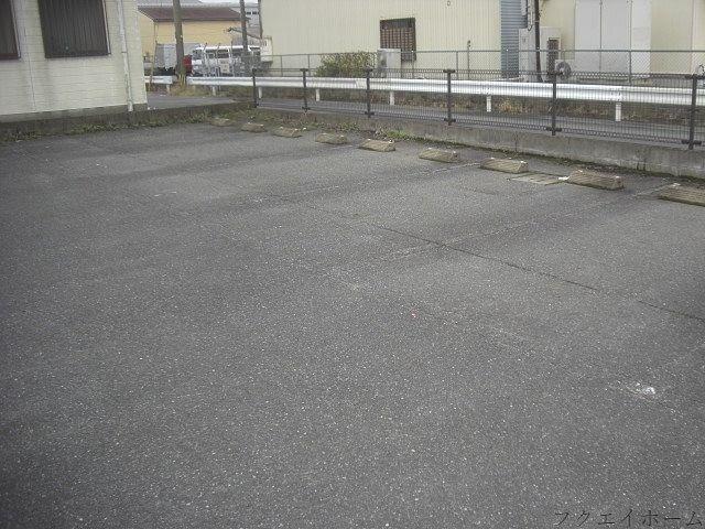 白線ラインが消えかかっている月極駐車場