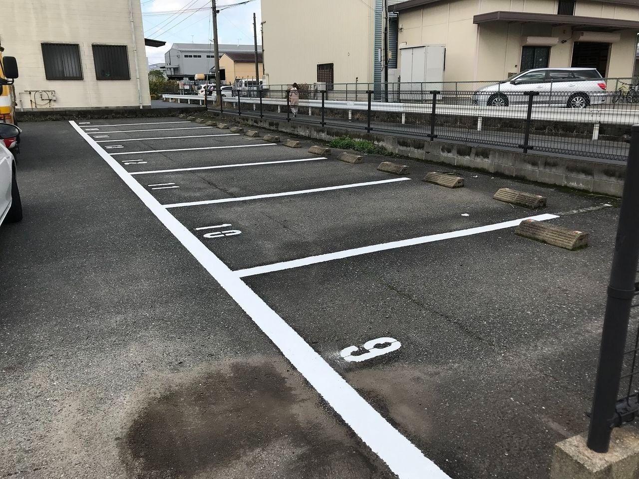 白線ラインを引き直した月極駐車場